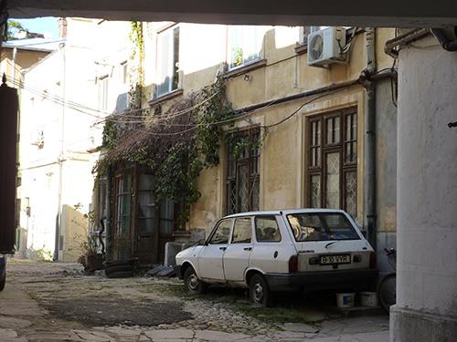 Une arrière cour insolite à Bucarest