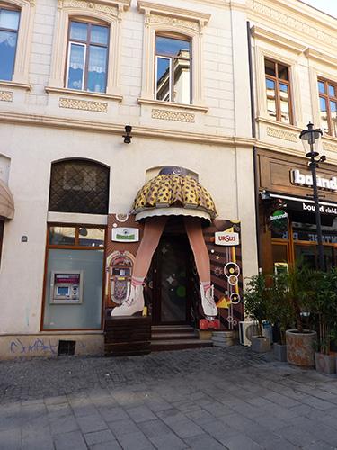 Une entrée de bar originale à Bucarest