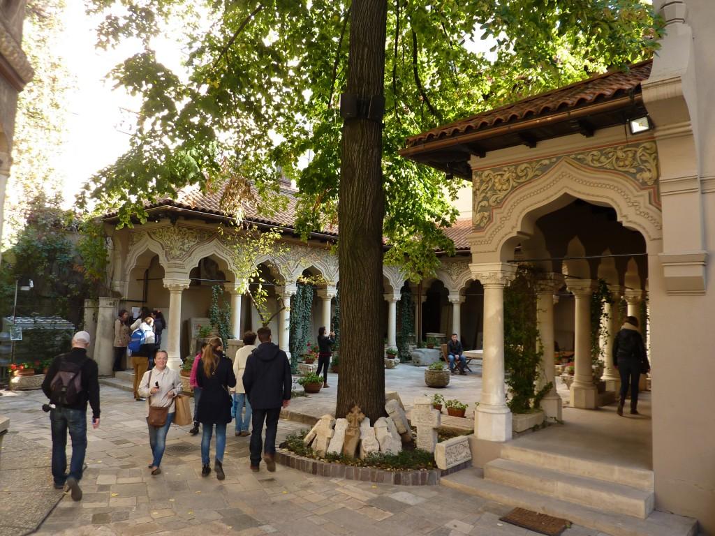 Le cloitre d'une église orthodoxe à Bucarest