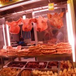 Des têtes de cochon au marché central d'Athènes