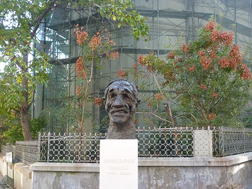 une sculpture de tête grimaçante à Bucarest